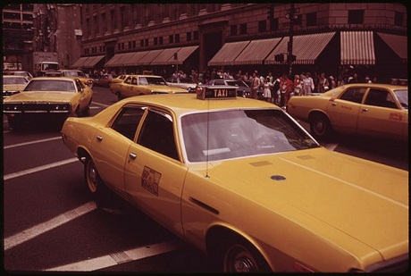 640px-HIGH_CONCENTRATION_OF_TAXIS_ON_FIFTH_AVENUE_NEAR_48TH_STREET_-_NARA_-_554315-4