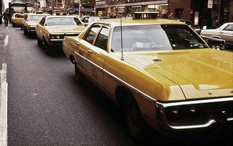 Dodge_Polara_and_other_Yellow_Cabs_in_1973_4(NYC)